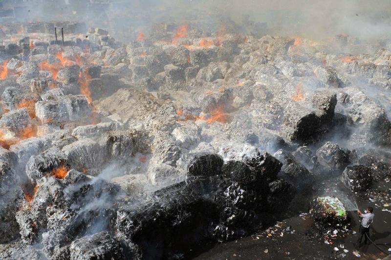 Амрітсар, Індія, 12 червня. Пожежник намагається загасити вогонь за паперовій фабриці в місті Ксана. Фото: NARINDER NANU/AFP/Getty Images