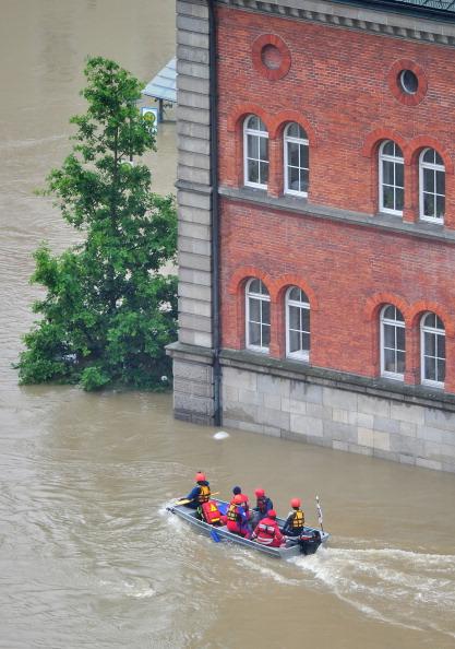 Рятувальники пливуть на човні в затопленому місті Пассау, Німеччина. Фото: Lennart Preiss/Getty Images