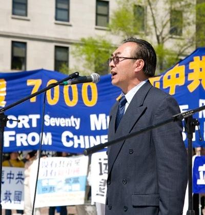Виступає колишній директор по зв'язках відділу пропаганди компартії Китаю в Шеньяне Чжан Кайчень. Фото: John Yu/The Epoch Times