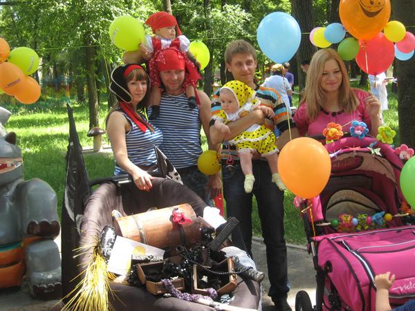 Коляска, превращенная в пиратский корабль. Днепропетровск, победители парада Пираты. Фото: dp.vgorode.ua