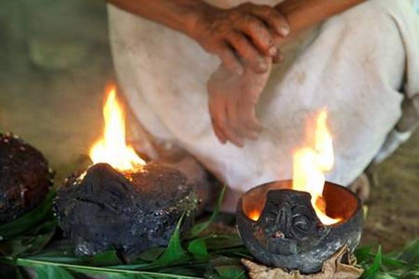 Дим піднімається вгору і забирає монотонні молитви шамана до богів на небеса. Фото: Jutta Ulmer