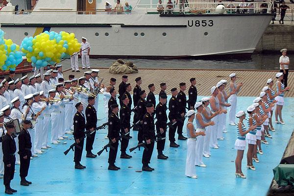 Морские пехотинцы, оркестр и артисты выстроились перед показательными выступлениями в Графской пристани Севастополя 6 июля 2008 года. Фото: Алла Лавриненко/The Epoch Times