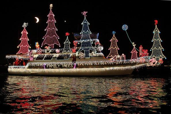 В США проводится ежегодный парад рождественских кораблей. Фото: David McNew/Getty Images
