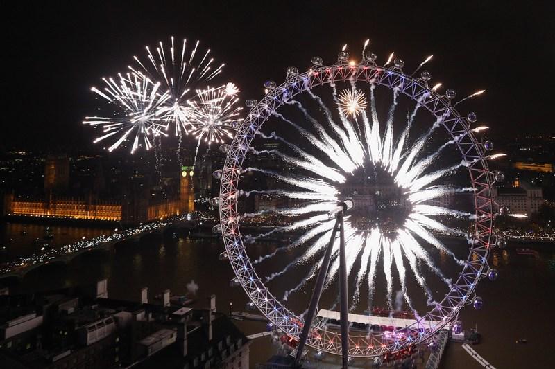 Лондон, Англия, 1 января. Праздничные фейерверки украсили столичное колесо обозрения. Фото: Oli Scarff/Getty Images