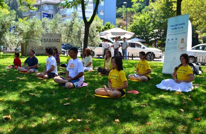 Стамбул, Туреччина. Практикувальники виконують вправу медитації в день вшанування пам'яті загиблих в ході репресій послідовників Фалунь Дафа. Фото: Велика Епоха