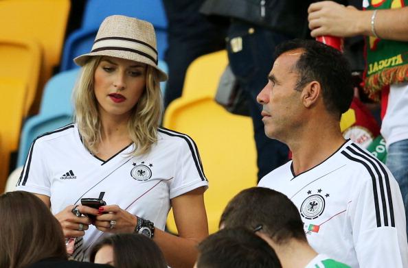 Олена Герке, подруга німецького футболіста Самі Хедіри, разом з його батьком на матчі між Німеччиною і Португалією 9 червня 2012 р. у Львові. Фото: Joern Pollex/Getty Images