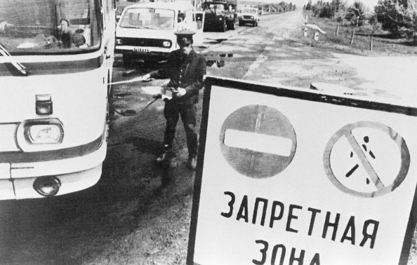 Милиционер, спустя несколько дней после аварии на Чернобыльской АЭС в 1986 году, измеряет уровень радиации на транспорте, выезжающем из 30 километровой зоны отчуждения. (STF / AFP / Getty Images)