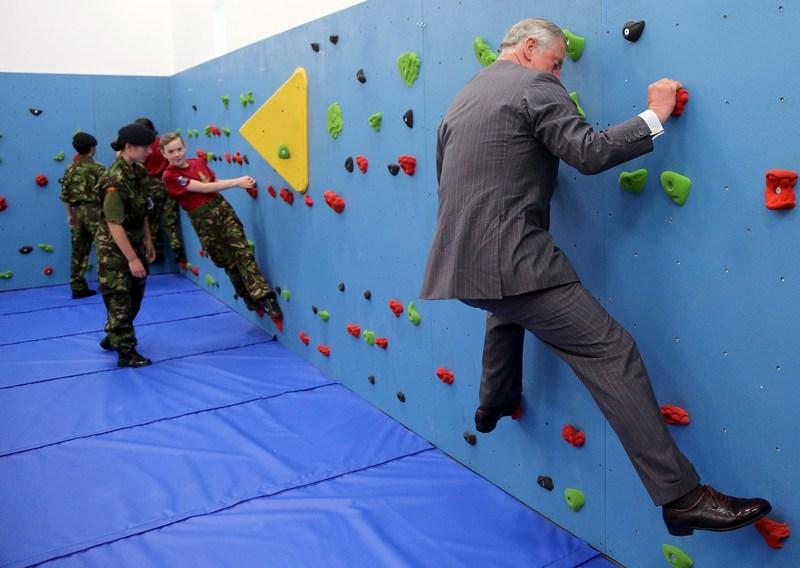 Сент-Хелієр, Англія, 18 липня. Принц Чарльз освоює лазіння по стіні під час візиту до місцевої школи. Фото: Chris Jackson — WPA Pool/GettyImages