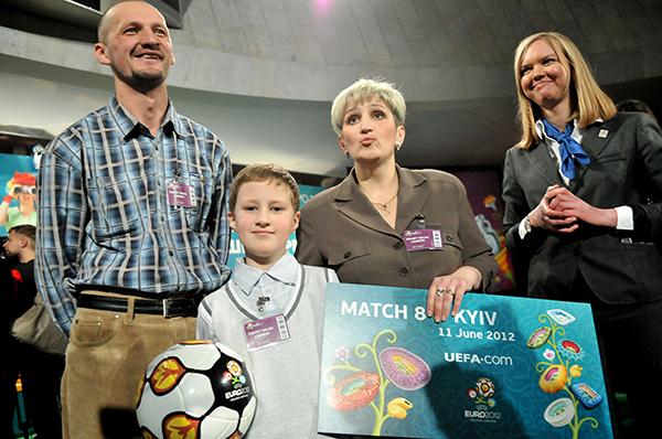Первый обладатель билетов на ЕВРО 2012 с семьёй на торжественной церемонии начала продажи билетов в Киеве 1 марта 2011 года. Фото: Владимир Бородин/The Epoch Times Украина