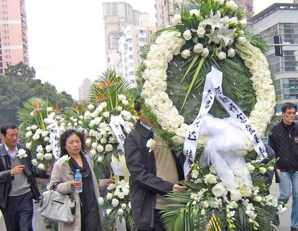 Памяти погибших во время пожара. Шанхай. Ноябрь 2010 год. Фото с epochtimes.com