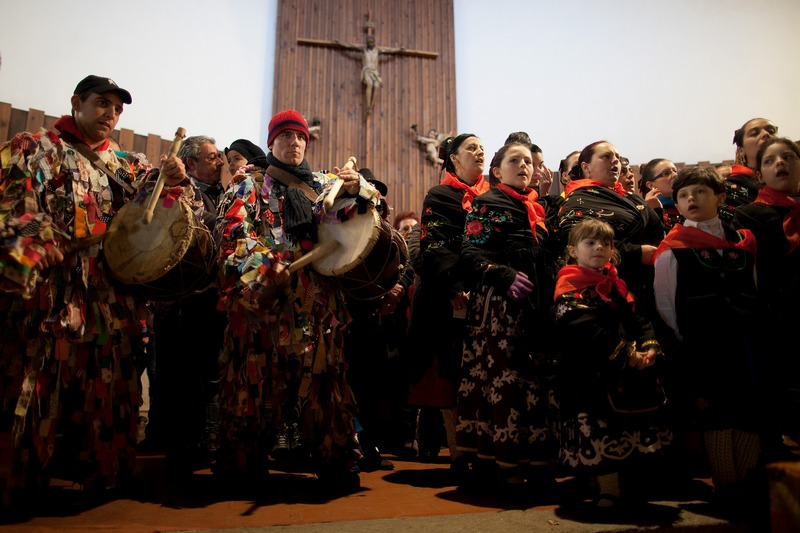 Двоє жителів міста в костюмах «викрадачів худоби» б'ють у барабани під час церковних піснеспівів. Фестиваль Харрамплас, Піорналь, Іспанія. Фото: Pablo Blazquez Dominguez/Getty Images