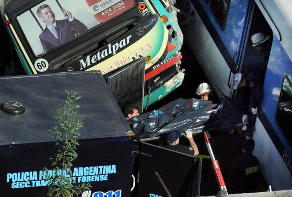 В Аргентині зіткнулися відразу автобус і два потяги. Фото: Daniel Garcia / Getty Images