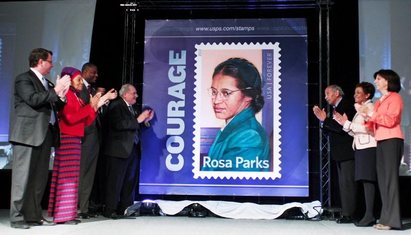 Дірборн, США, 4 лютого. До 100-річчя з дня народження засновниці руху за права чорношкірих жителів країни Рози Паркс поштова служба випустила пам'ятну марку. Фото: Bill Pugliano/Getty Images