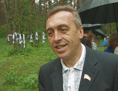 Депутат Київради Микола Стельмах у Биковнянському лісі. Фото: NTD