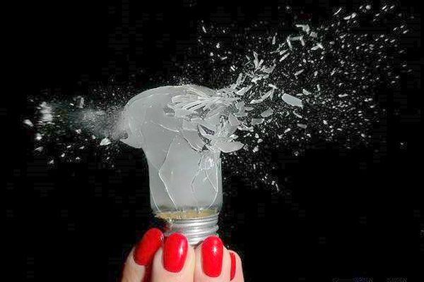 Воздушная струя пневматической винтовки пробивает лампу. Фото с epochtimes.com