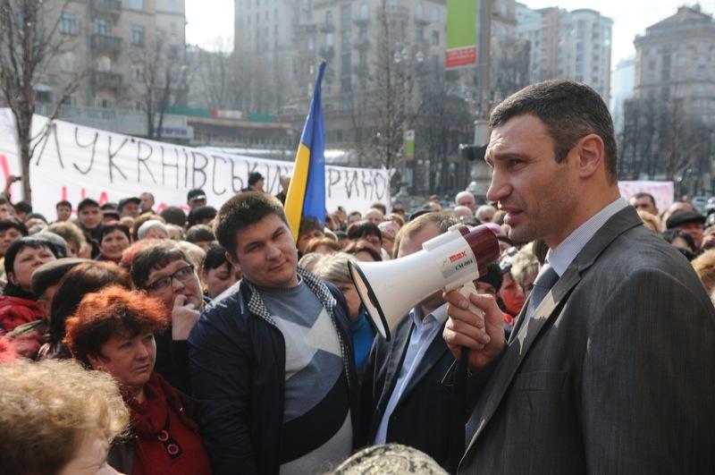 Лидер партии УДАР Виталий Кличко общается с работниками Лукьяновского рынка 5 апреля 2012 года в Киеве во время пикета с требованием защитить рынок от рейдерского захвата. Фото: Владимир Бородин/The Epoch Times Украина