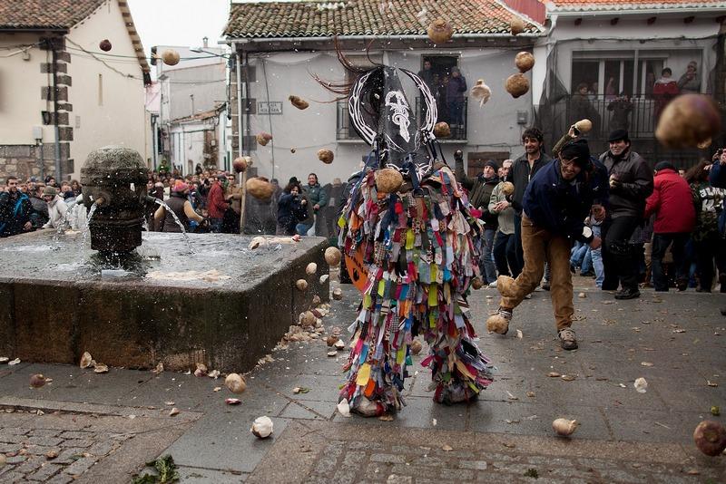 Пиорнал, Испания, 20 января. Жители забрасывают репами и турнепсами «похитителя животных» во время фестиваля «Харрамплас». Фото: Pablo Blazquez Dominguez/Getty Images