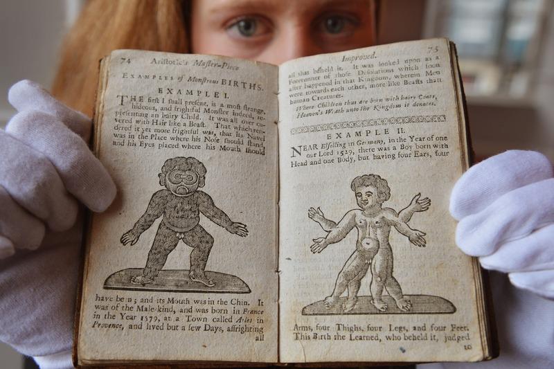 Эдинбург, Шотландия, 3 января. На торги аукционного дома «Lyon & Turnbull» выставлена одна из первых в мире книг по беременности 1760 года издания, ошибочно приписываемая Аристотелю. Фото: Jeff J Mitchell/Getty Images