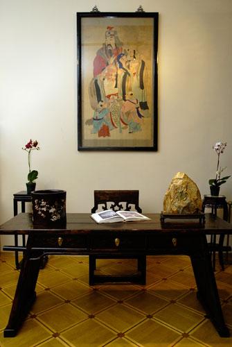 Стол ученого – пинтоуань. Середина 18 ст. Красное дерево, лак, воск. Подобные столы использовались в древнем Китае для изучения каллиграфии. Они занимали важное место в рабочем кабинете ученого, так как кабинет был основным местом проведения времени мужчи