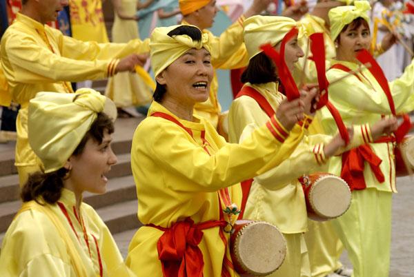Група «китайських барабанщиків» ритмічно відбиває мелодію в параді послідовників Фалуньгун у Києві 8 липня 2008 року. Фото: The Epoch Times