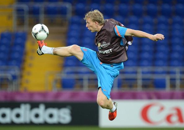 Голландец Дирк Куйт приёмом из восточных единоборств достаёт мяч в воздухе во время тренировки 12 июня 2012 года. Фото: PATRICK HERTZOG/AFP/Getty Images