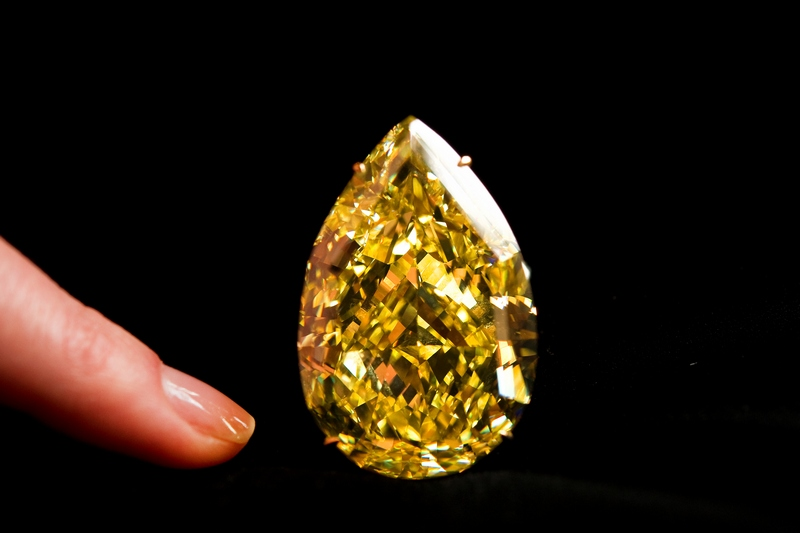 Желтый бриллиант «Капля Солнца» (The Sun-Drop Diamond). Фото: FABRICE COFFRINI/AFP/Getty Images