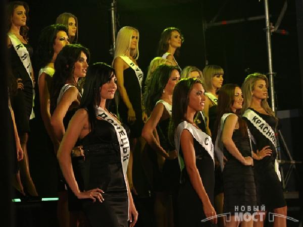 Первый выход претенденток на титул «Красуня Украины 2009». Фото: Дмитрий Шведчиков, Борис Крупник/ИА «Новый мост»