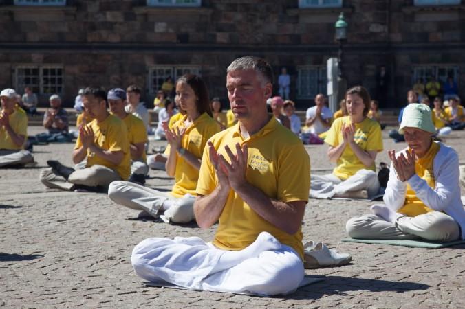 Копенгаген, Данія. Практикувальники виконують вправу медитації в день вшанування пам'яті загиблих послідовників Фалунь Дафа, 2013 рік. Фото: Велика Епоха