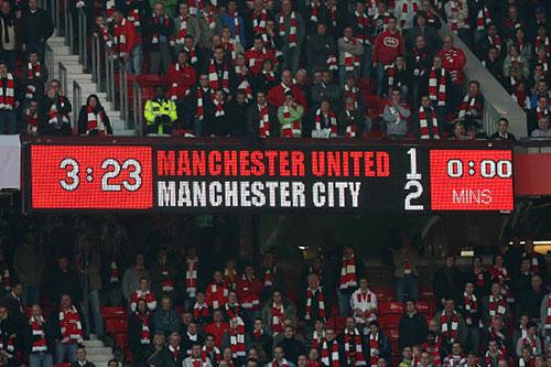 Табло стадиона Олд Траффорд, на котором виден конечный, победный для «горожан», счет матча 1:2. «Манчестер Сити» не выигрывал здесь со времен далекого 1974 г. Фото: Alex Livesey/Getty Images