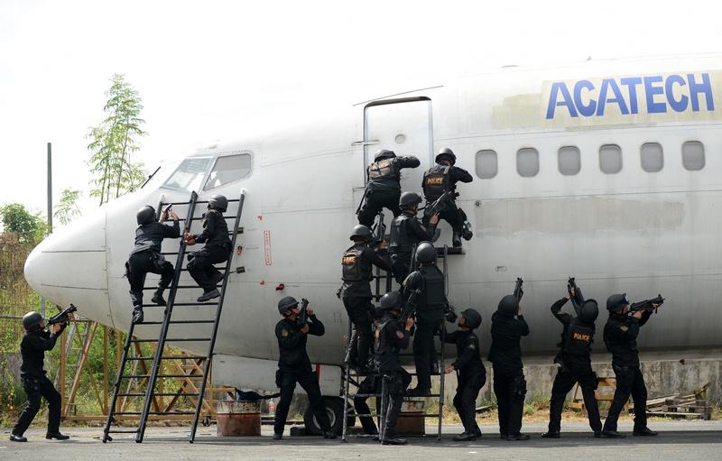 Манила, Филиппины, 28 ноября. Полиция проводит учения в аэропорту, чтобы предотвратить возможные захваты лайнеров во время рождественских праздников. Фото: NOEL CELIS/AFP/Getty Images
