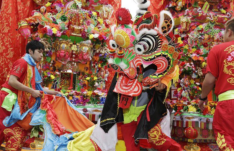 Посёлок Сай-Кунг, Гонконг, 2 мая. В храме Тин-Хау отмечают день рождения одноимённой богини моря, покровительницы рыбаков. Фото: Jessica Hromas/Getty Images