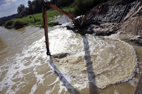 Экскаватор в смеси воды реки Маркал с промышленным гипсом, около 150 км от Будапешта. Фото: ATTILA Kisbenedek/afp/getty Images