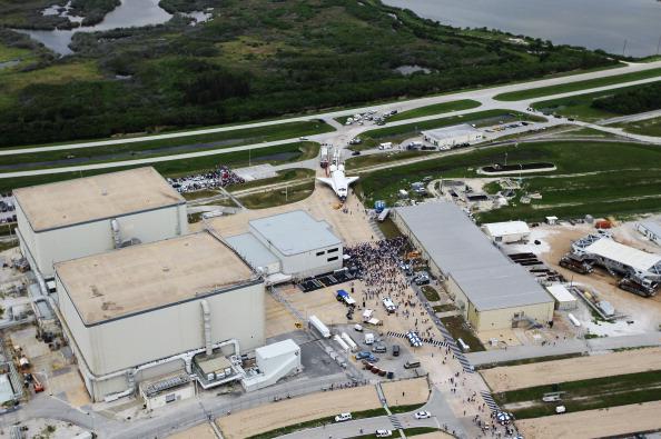 Шаттл «Атлантис» доставляется в ангар. Фото: Joe Raedle/Getty Images