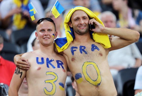 Донецк, Украина — 15 июня: украинские болельщики прогнозируют итоговый счет в матче между Украиной и Францией. Фото: Ian Walton/Getty Images