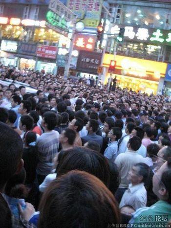 Несколько тысяч человек протестуют против халатного отношения медработников к своему медицинскому долгу. Фото: The Epoch Times