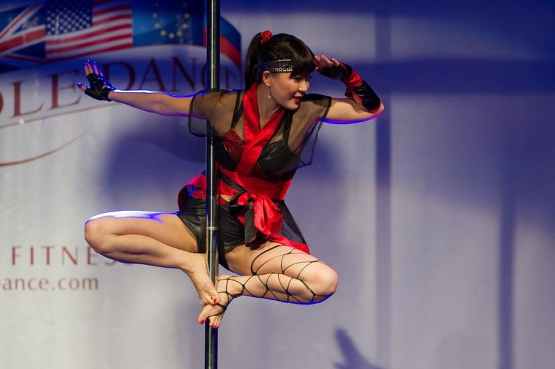 Цюрих, Швейцария, 9 ноября. В городе стартовал международный чемпионат по шестовой акробатике. Фото: Harold Cunningham/Getty Images