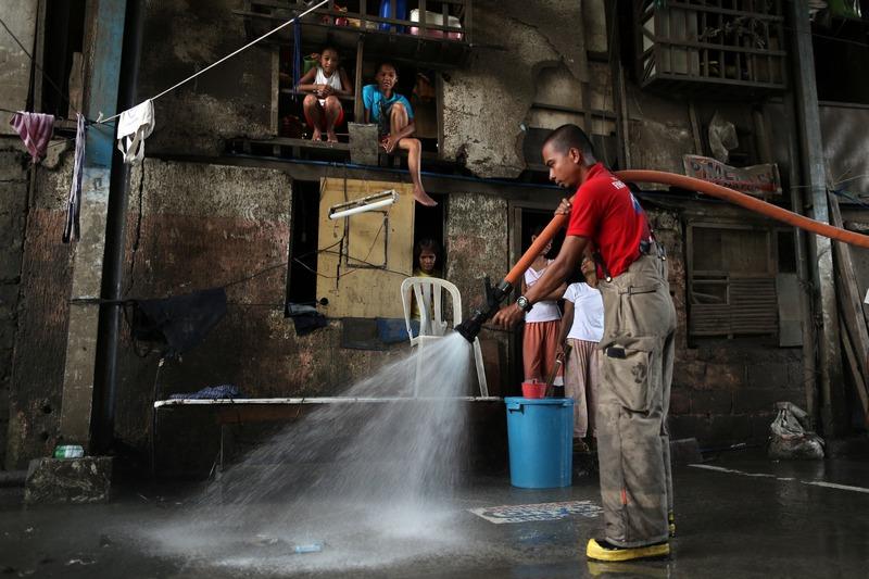 Маніла, Філіппіни, 12 серпня. Жителі очищують місто від наслідків повені, викликаної сильними зливами. Фото: Paula Bronstein/Getty Images