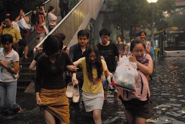 Сильные ливни вызвали наводнение в Пекине. Фото с aboluowang.com