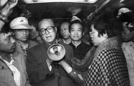 19-го мая 1989. Генсекретарь КПК Чжао Цзыян общается с голодающими на площади студентами. Фото: Getty Images