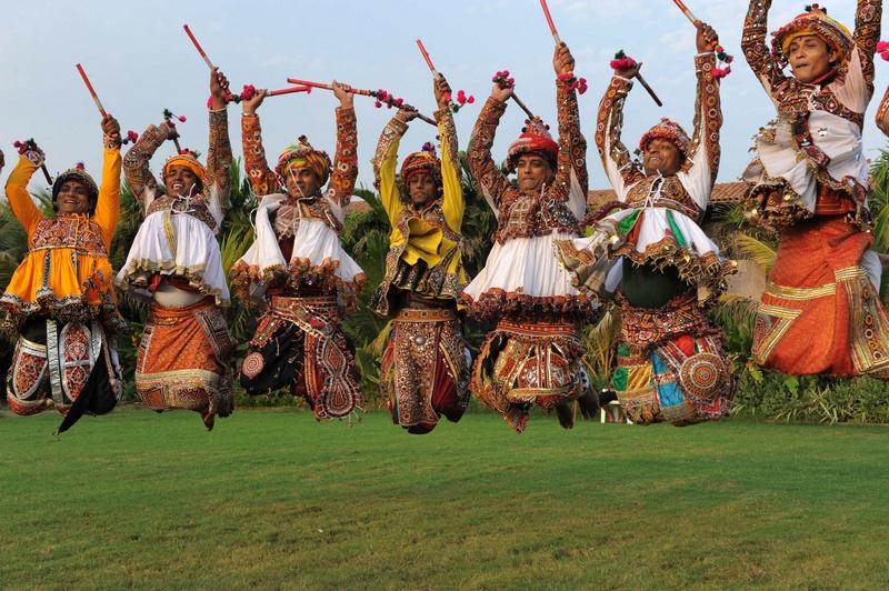Ахмедабад, Индия, 7 октября. Выступление танцевальной группы из г. Пангхат на Фестивале танца «Девять ночей». Фото: SAM PANTHAKY/AFP/GettyImages
