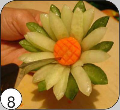 Вставить сердцевину в цветок. Можно укрепить на зубочистку. Одеть лилию на натуральную ветку с листьями или крашенную деревянную палочку для шашлыка. Листья к ней можно вырезать из того же огурца.