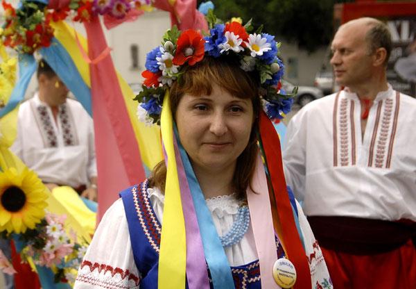 Учасниця параду послідовників Фалуньгун у Києві 8 липня 2008 року. Фото: The Epoch Times