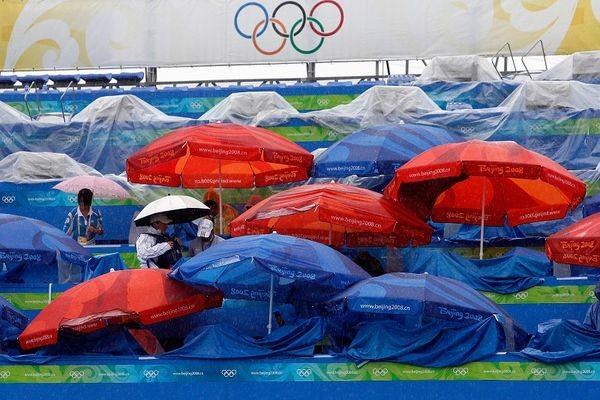 Погода явно не благоволит к Олимпиаде. По данным пекинских синоптиков, начиная с 13 августа, в олимпийском парке выпало до 79 мм. осадков. А 14 августа 2008 г. с 14 до 15 часов в Пекине было зафиксировано 176 вспышек молний. Фото: AFP/ Getty Images