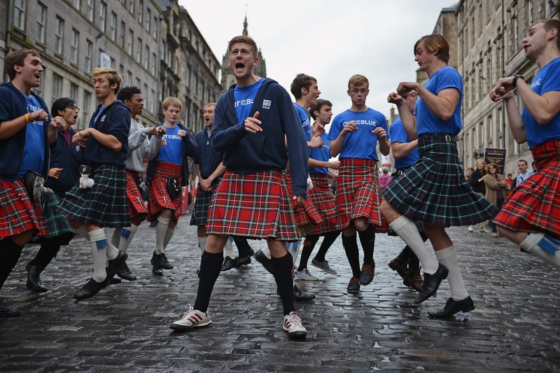 Эдинбург, Шотландия, 27 августа. Уличные танцоры дают представление на фестивале сценических искусств. Фото: Jeff J Mitchell/Getty Images