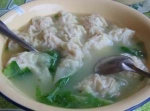 Самые популярные блюда китайской кухни: №4. Суп-вонтон (Wonton Soup). Представляет собой полукруглые клёцки, погруженные в суп с лапшой.
