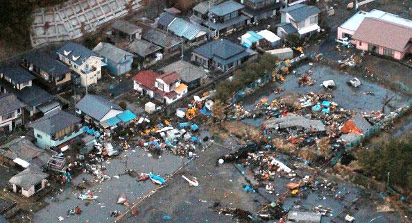 С высоты птичьего полета показан, мусор, который остался на земле после волны цунами, в городе Hitachinaka префектуры Ибараки после сильного землетрясения в Японии 11 марта 2011 года. Фото: AFP PHOTO / JIJI PRESS