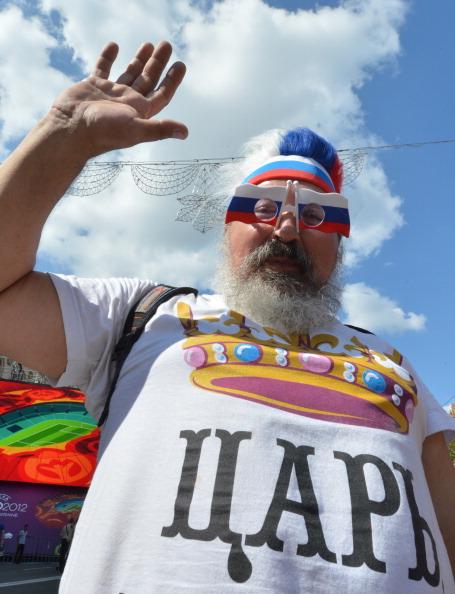 Российский болельщик в футболке с надписью «Царь» 12 июня 2012 года, накануне матча между Польшей и Россией. Фото: SERGEI SUPINSKY/AFP/GettyImages
