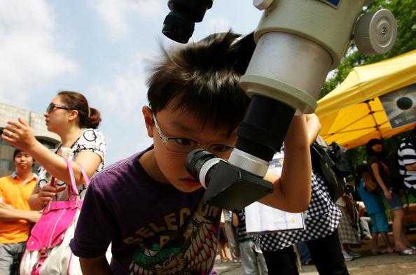 Жители Азии наблюдали солнечное затмение. Южная Корея, Сеул. 22 июля 2009 г. Фото: Chung Sung-Jun/Getty Images