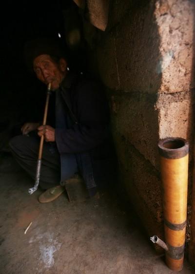 Чтобы лишний раз не тратить воду, Лю перестал курить кальян и перешёл на обычный табак. Фото с aboluowang.com