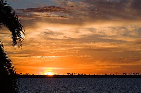 Небо меняется на глазах. Между снимками – минуты разницы. Фото: Сергей Ханцис